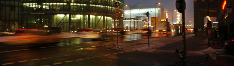 Street_by_night_Berlin.jpg